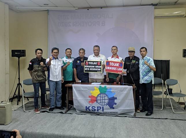 Indonesian Worker Union Confederation (KSPI) and associate leaders pose during a press conference to announce their stance and plans regarding the omnibus bill on job creation and the Health Care and Social Security Agency (BPJS Kesehatan) premiums increase at the Jakarta Legal-Aid Institution (LBH Jakarta) Building in Central Jakarta on Friday.