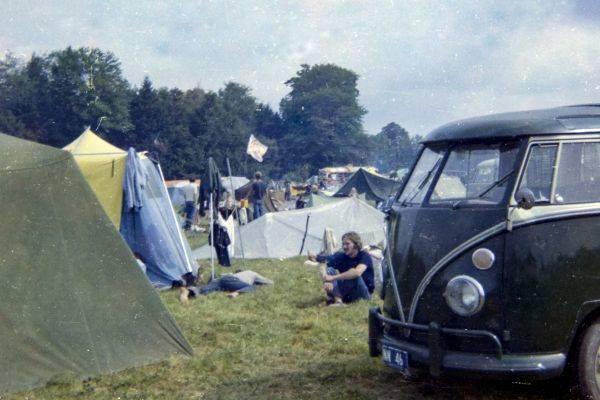 Dalam foto tak bertanggal ini, orang-orang beristirahat di perkemahan Festival Musik Woodstock selama akhir pekan 15 hingga 18 Agustus,
