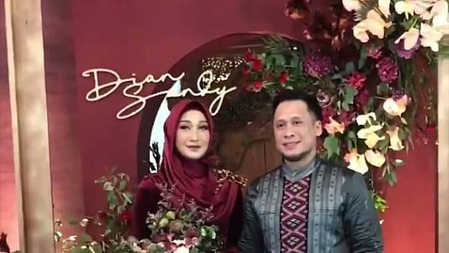 Dian Pelangi Tampil Anggun dengan Kebaya Beludru pada Hari Pertunangan