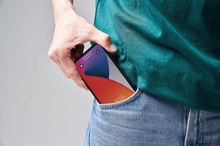 放在口袋裡也可以安心不用擔心手機螢幕被口袋裡的其他小物刮傷。