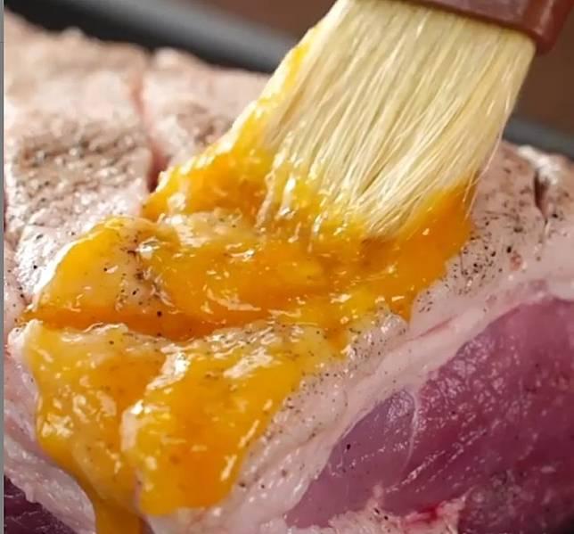 果醬的香氣,滲入肉內,添加香甜滋味之餘,亦有助減膩。(互聯網)