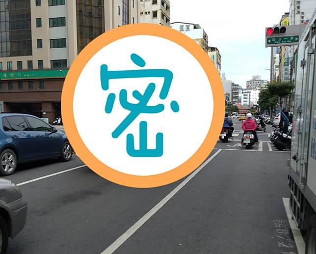 ▲一名網友在臉書社團《 UberEATS 台灣》貼文分享,在路上驚見一輛大貨車後方,竟載有 Ubereats 保溫袋,豈料背後原因曝光,讓全場立刻笑翻。(圖/翻攝自臉書社團《 UberEATS 台灣》)