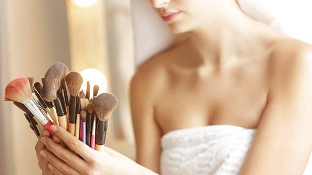Supaya Kulit Enggak Jerawatan, Yuk Bersihkan Brush Makeup dengan Brush Cleanser Ini Babes