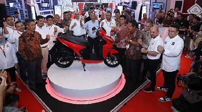Gesits meluncurkan produk skuter listrik di IIMS 2019.