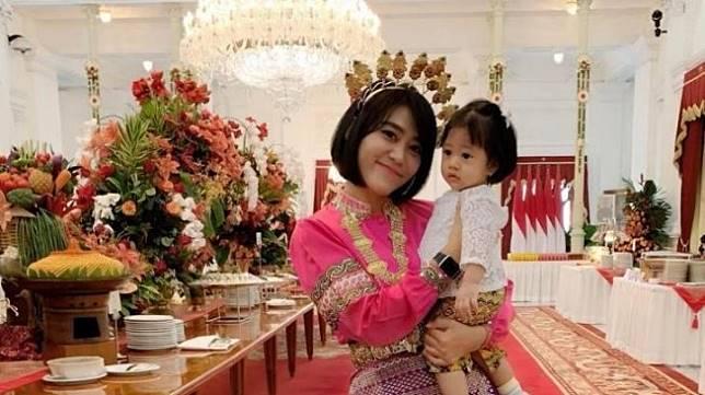 Sandhyca Putrie, ajudan cantik Iriana Jokowi bersama Sedah Mirah. (Instagram/@sandhycaputrie)
