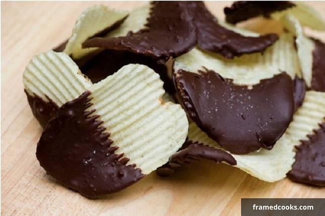 keripik kentang dengan saus cokelat