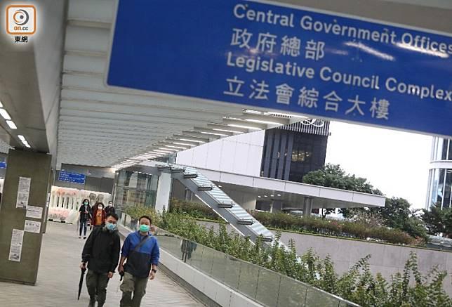政府下周一起陸續恢復更多公共服務,約18萬公務員將會復工。