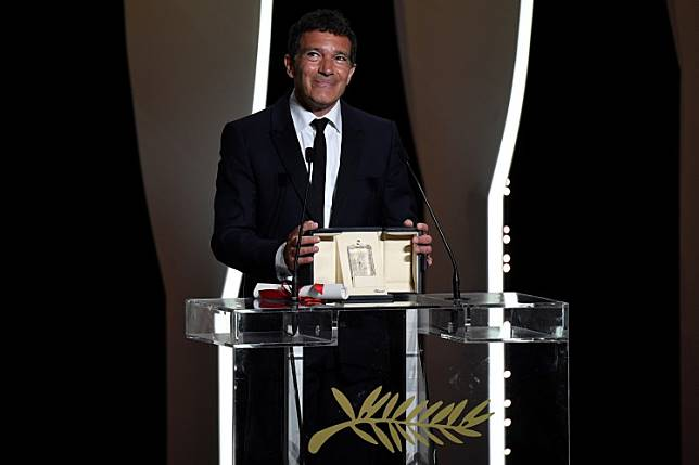 Spanish actor Antonio Banderas celebrates on stage on May 25, 2019 after he won the Best Actor Prize for his part in 'Dolor Y Gloria (Pain and Glory)' at the 72nd edition of the Cannes Film Festival in Cannes, southern France.