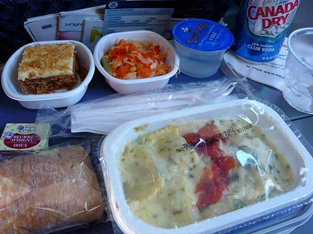 Foto-foto Ini Ungkapkan Perbedaan Makanan di Kelas Bisnis dan Ekonomi, Suka yang mana?