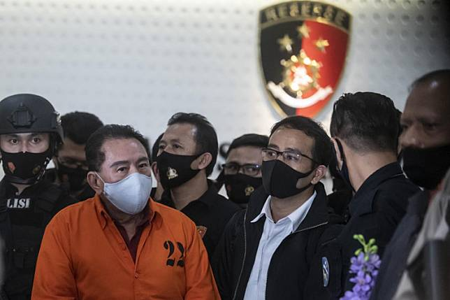 Police present arrested fugitive and graft convict Djoko Tjandra (second left) during a press briefing at the headquarters of the National Police's Criminal Investigation Unit (Bareskrim) in Jakarta on July 30. Police arrested Djoko in Malaysia on Thursday. He had spent more than a decade on the run.