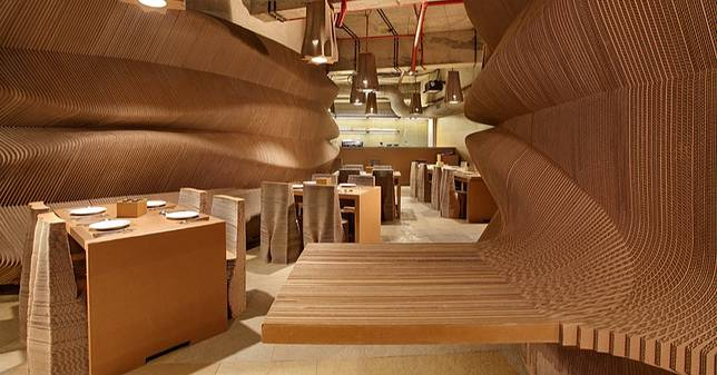 整家店都用瓦楞紙裝潢的咖啡廳
