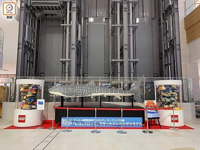 商場內充滿沖繩特色,如展出了由LEGO砌成的大鯨鯊和首里城模型。(李家俊攝)