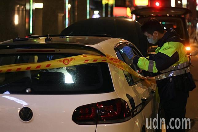 22歲林姓男子今晚被發現陳屍在座車內,救護人員獲報到場破窗搶救時,林已明顯死亡。記者李隆揆/攝影