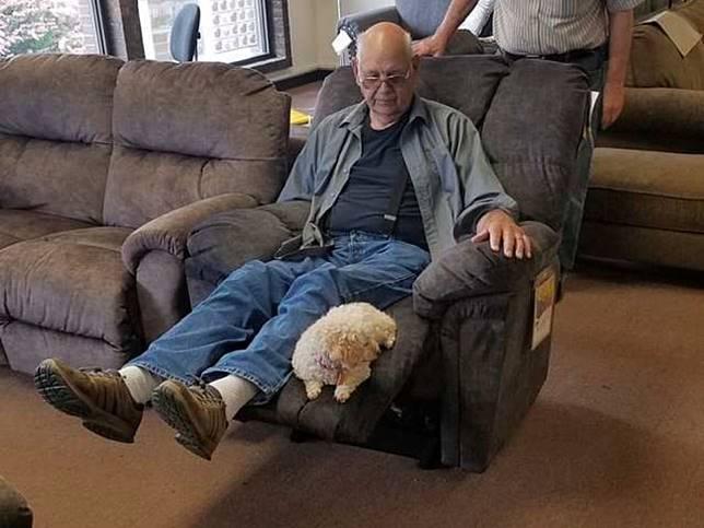 尋找完美沙發!爺帶愛犬到家具店一一試躺 狗狗:這我買惹