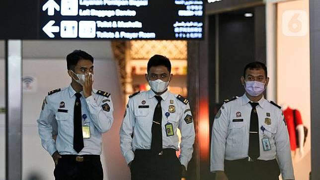 Kenakan Masker Pelindung di Bandara Soetta