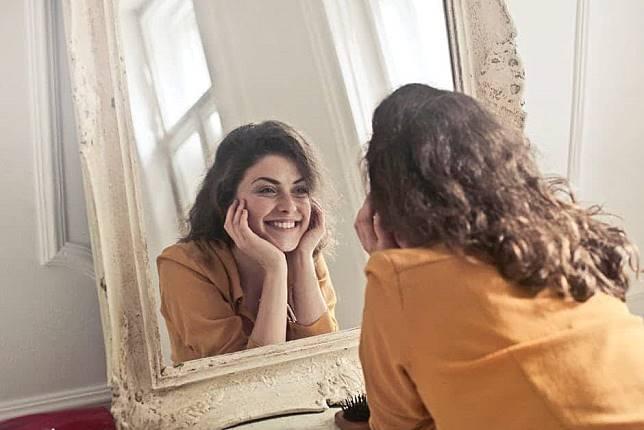 Jangan Terus Merasa Tidak Berharga, 6 Langkah Sederhana Ini Membuat Kamu Jadi Lebih Bisa Mencintai Diri Sendiri