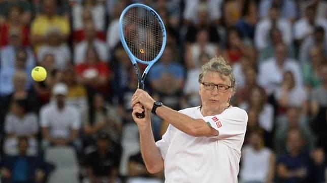 Miliuner asal Amerika Serikat dan juga salah satu pendiri Microsoft, Bill Gates, mengikuti pertandingan tenis bertajuk The Match in Africa di Cape Town, Afrika Selatan, Jumat (7/2/2020). [AFP/Rodger Bosch]
