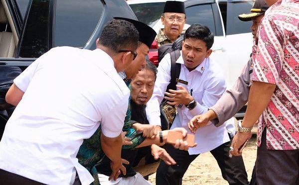 Menko Polhukam Wiranto (kedua kiri) diserang seseorang dalam kunjungannya di Pandeglang, Banten
