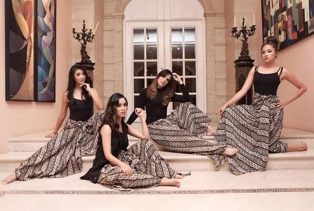 Koleksi Busana Batik Mewah Geng Sosialita Nia Ramadhani Girls Squad