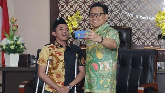 Wakil Ketua MPR Muhaimin Iskandar bersama Anjas, si penemu lima aplikasi untuk penyandang disabilitas.