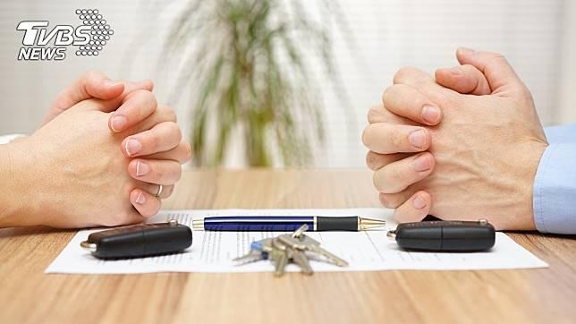 不少男女在結婚前,彼此會簽訂一份婚前協議書,明訂婚後雙方的權利義務。(示意圖/TVBS)