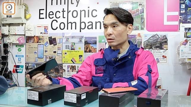 Sherman與嘉琪特意走訪旺角先達手機店,店長Simon提醒大家選購5G手機的要點。(張群生攝)
