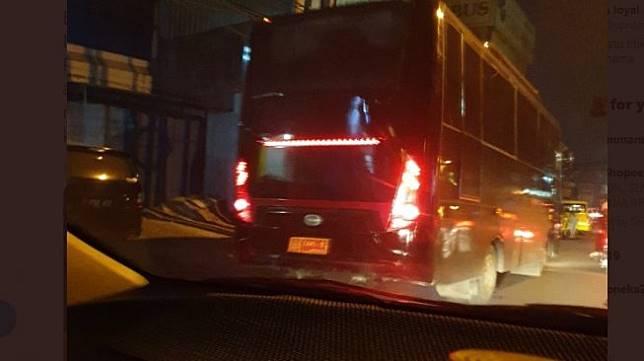 Wanita Protes Mobilnya Ditabrak Bus TNI. (Twitter)