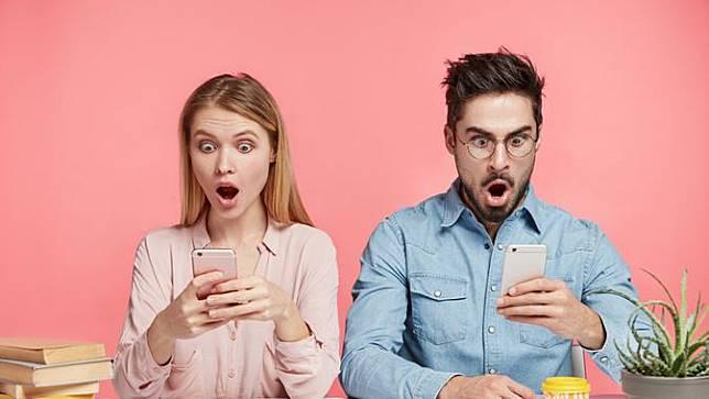 Mengapa Banyak Orang Senang Membaca Hoaks? (Wayhome Studio/Shutterstock)