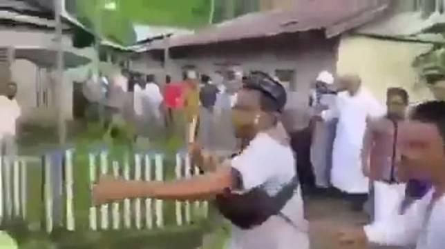 Viral Video Petugas Diamuk Warga, Diduga Larang Salat Idul Fitri Berjemaah. (instagram.com/cetul22)