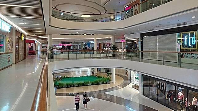 Suasana sepi di Mall Ciputra Cibubur, Kota Bekasi, Jumat, 22 Mei 2020. Beberapa toko di dalam mal ini tampak masih tetap beroperasi. Tempo/Bintari Rahmanita