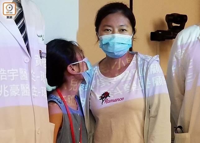 靈靈(左)今年三月接受肝腫瘤切除後,康復進展良好。(旁為靈靈的母親)