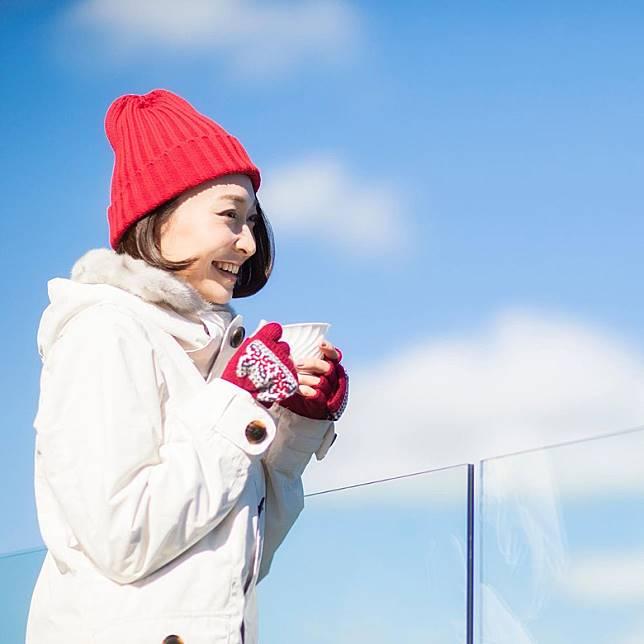 在山頂賞雪,邊賞美麗雪景邊享美味飲品,也是冬季活動的樂趣。(互聯網)