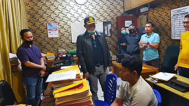 Tersangka penganiayaan pengemudi ojek online ketika berada di ruang pemeriksaan Polresta Pekanbaru.