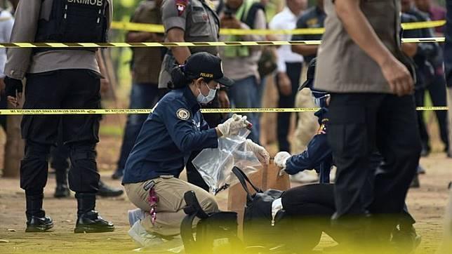 Anggota Labfor Mabes Polri mengumpulkan barang bukti di TKP ledakan di kawasan Monas, Jakarta, Selasa (3/12/2019). ANTARA FOTO/Nova Wahyudi/aww
