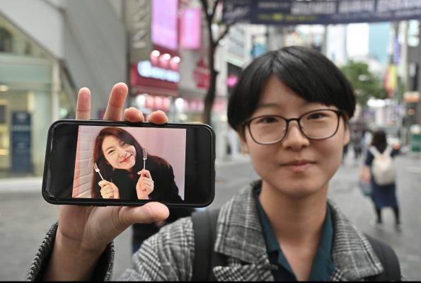 Yoon Ji-hye memperlihatkan fotonya ketika masih terobsesi dengan nilai-nilai kecantikan