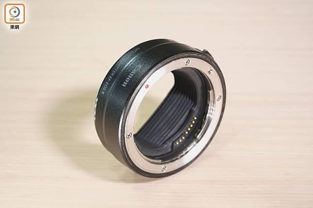 配合另購的接環,能為EOS Ra配上不同的EF鏡頭。(莫文俊攝)