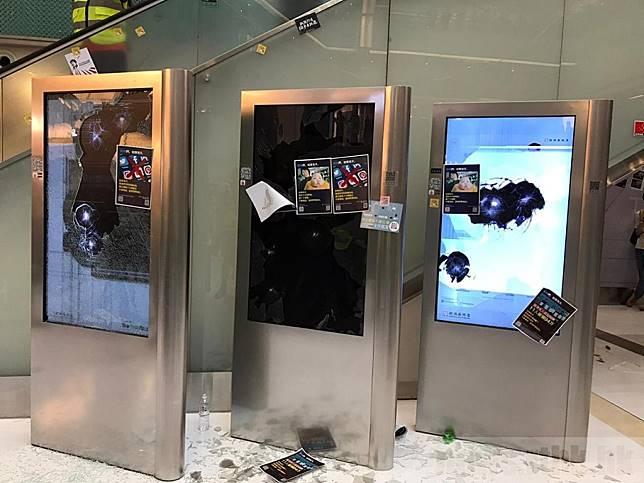 有人將商場內一幅貼滿標貼字句的電視屏幕外牆拆下,並破壞電視屏幕設施。(李大煒攝)