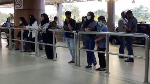 Foto: Haru, Keluarga Penumpang Sriwijaya Air SJ-182 Menunggu di Bandara Supadio (5)