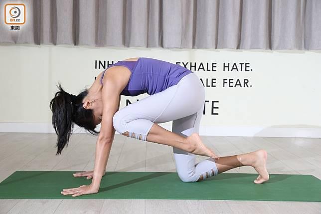 呼氣曲膝,拱起條腰將膝頭掂向手㬹以上,或手㬹方向。重複動作約5次,然後慢慢放鬆,另一邊重複動作就可以。(張錦昌攝)