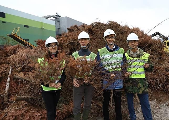 環保署採購大型工業級木材破碎機,將塌樹斷枝等破成碎木。(環境局網頁)