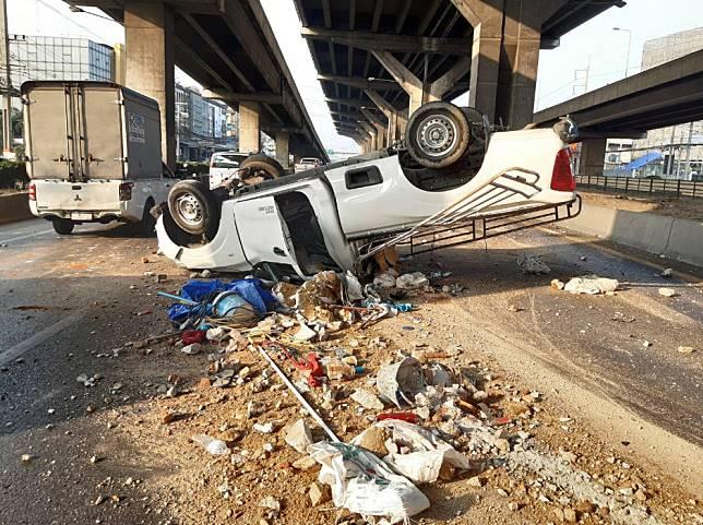 รถกระบะพลิกหงายท้อง !!  #ถนนพหลโยธิน