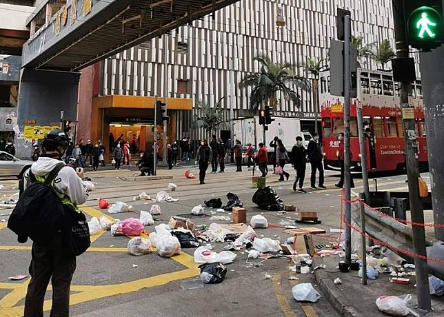 西灣河文娛中心外有人以垃圾等雜物堵路。