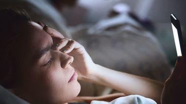 明明很累,一定要滑完手機才捨得睡?專家警告:「毛孔越來越粗大就是這樣睡來的」3招教你擺脫