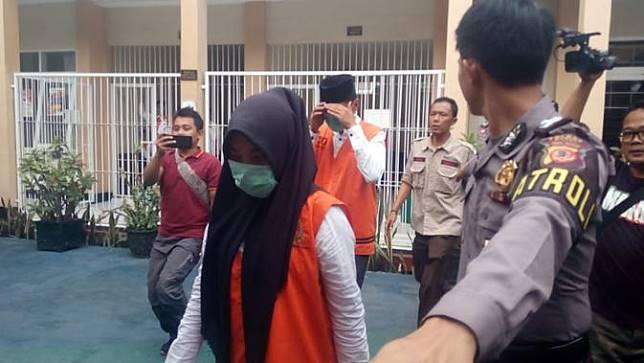 VN, terdakwa adegan video syur Vina Garut, diikuti kedua terdakwa lainnya nampak tengah memasuki ruang persiangan Pengadilan Negeri Garut, dengan pengawalan aparat