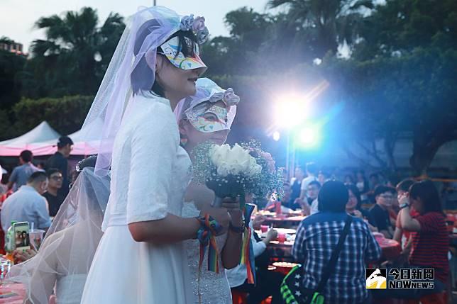 ▲伴侶盟舉辦「2019凱道同婚宴」,多對同志新人齊聚凱道