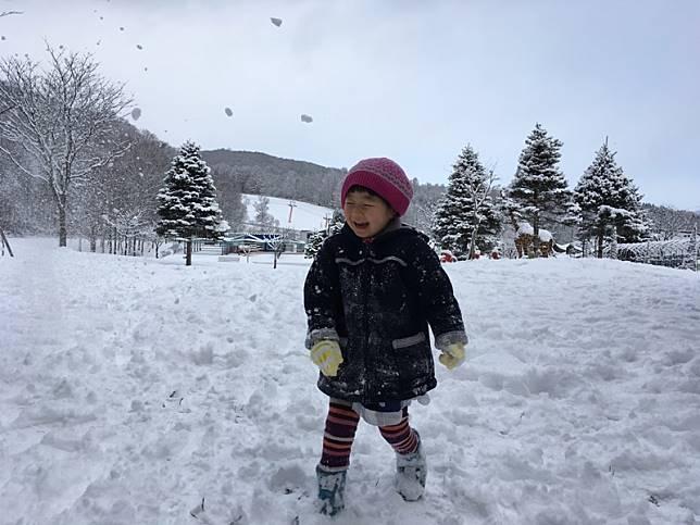 """ขาดแคลนหิมะ บริษัทญี่ปุ่นส่ง """"ภูเขาหิมะ"""" 10 ตัน 3 รถบรรทุก เป็นของขวัญให้เด็ก ๆ"""