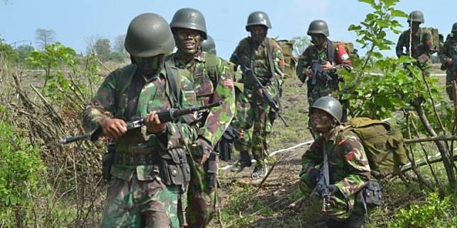 Sejumlah pasukan TNI AD melakukan latihan perang di Hutan Baluran, untuk meningkatkan kemampuan dalam menjaga NKRI.(Ahmad Faisol)   Artikel ini telah tayang di Kompas.com dengan judul