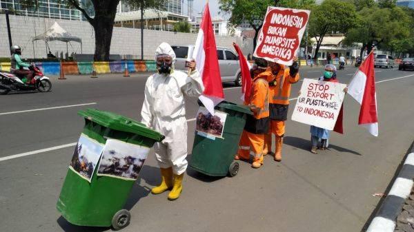 Demonstrasi aktivis lingkungan soal sampah di depan kedubes AS