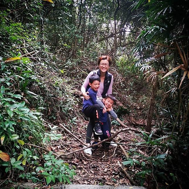 陳茵媺同兩個仔都除罩行山,吸新鮮空氣。