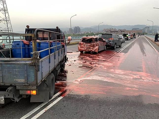 3車追撞滿地血 還好是豬血
